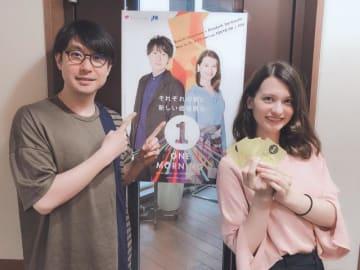 番組ポスターとステッカーをアピールする鈴村健一とハードキャッスル エリザベス(右)