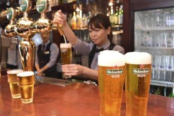 グラスに注がれたハイネケンのビール=4日、東京都内