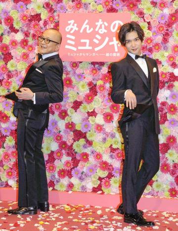 記者会見に登場した山田五郎(左)と千葉雄大=4日、東京都内