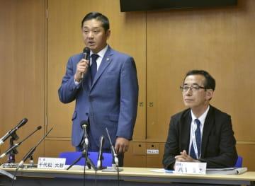 大阪府泉佐野市役所で記者会見する千代松大耕市長(左)=4日午後