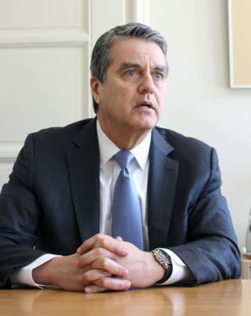 インタビューに答えるWTOのアゼベド事務局長=4日、ジュネーブ(共同)