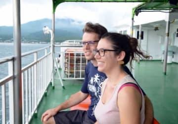 桜島フェリーからの景色を楽しむスイス人夫婦=鹿児島市の桜島港沖