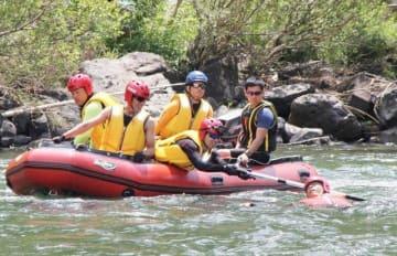 ボートを使った救助訓練に臨む高梁市消防署員