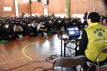 高鍋舞鶴ライオンズクラブが中学生を対象に開いた薬物乱用防止教室。関係者は「まん延を防ぐには教育が重要」と指摘する=17年12月、高鍋町・高鍋西中