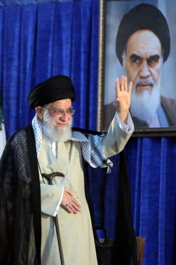 イランのホメイニ師死去30年の式典で手を振るハメネイ師=4日、テヘラン(ロイター=共同)
