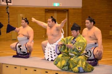 横綱土俵入りを披露する鶴竜関(中央)