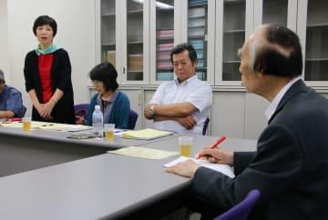 坂口元厚労相(右)に次世代被害者の救済を訴える下田順子さん(左)ら=東京都千代田区、弁護士会館