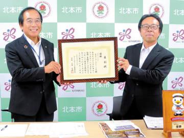 北本トマトカレーの2度目の日本一を喜ぶ三宮幸雄市長(左)と落合真一会長=北本市役所