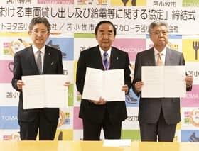 防災協定を締結した(左から)大島代表取締役社長、岩倉市長、野中代表取締役社長