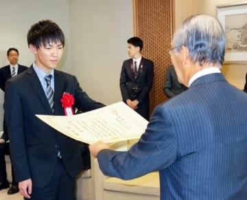 三村会頭から最優秀者表彰を受ける栗山さん(左)