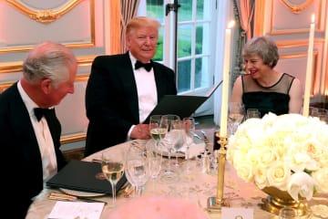 4日、ロンドンの米大使公邸の夕食会で歓談する(左から)チャールズ英皇太子、トランプ米大統領、メイ英首相(ロイター=共同)