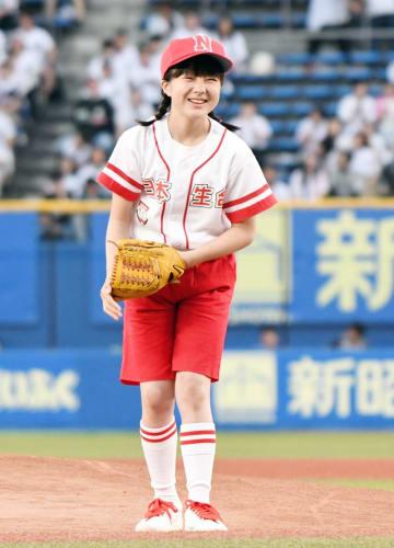 始球式でボールを投げ終えた後、笑顔を見せる本田紗来さん=4日、千葉市美浜区のZOZOマリンスタジアム