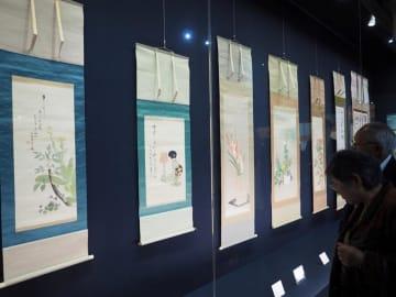 香淳皇后の日本画など、皇族ゆかりの書画が並ぶ「久邇宮家伝来の書画」展=富津市金谷の金谷美術館