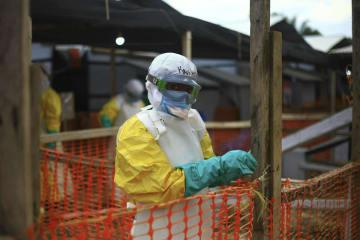 4月、コンゴ東部の治療施設で働く医療スタッフ(AP=共同)