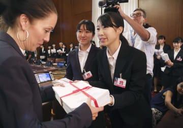 昨年8月、ジュネーブの国連欧州本部を訪れ、軍縮会議の担当者に約11万人分の署名を提出する高校生平和大使(共同)