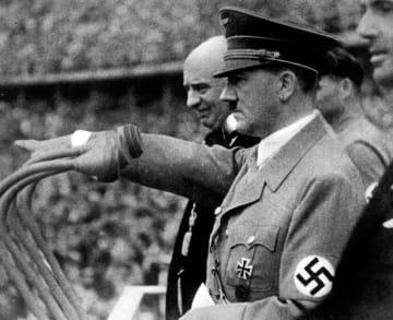 ベルリン五輪の開会式で開会を宣言するアドルフ・ヒトラー=1936年8月1日