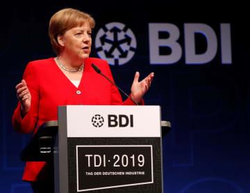 4日、ベルリンでの会合に出席したドイツのメルケル首相(ロイター=共同)