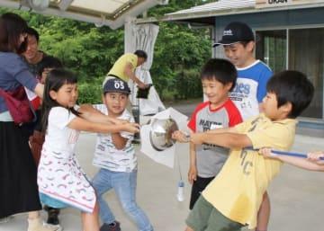 ボウルを綱で引っ張り、大気圧を体感した子どもたち