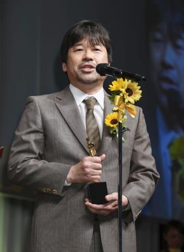 「ベストファーザー」に贈られるイエローリボン賞を受賞し、喜びを語る俳優の佐藤二朗さん=5日午後、東京都内のホテル