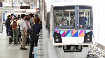 運転員による手動運転で新杉田駅に到着した列車。通院などで利用する乗客が乗り込んだ=4日午前11時15分ごろ