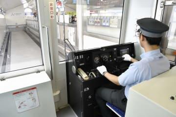 運転員による手動運転で、新杉田駅に到着する金沢シーサイドラインの列車=4日午後0時20分ごろ
