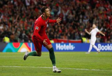欧州ネーションズリーグ準決勝、スイス戦でゴールを決め、喜ぶポルトガルのロナルド=5日、ポルト(ロイター=共同)