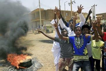 5日、スーダンの首都ハルツームで民主化を訴えるデモ隊(ロイター=共同)