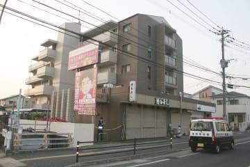 80代の夫婦が自宅で刺され死亡する事件があったマンション=6日午前5時41分、福岡市早良区