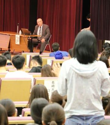 講話した池田さんに対し、質問や意見を述べる留学生=長崎大、中部講堂
