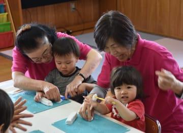 園児と一緒に遊ぶシニアの保育士=江北町の幼児教育センター