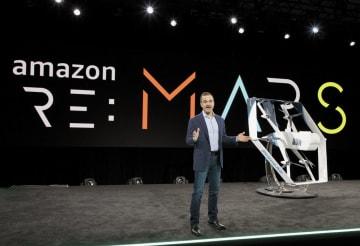 米アマゾン・コムのドローンを披露する幹部(同社提供・共同)