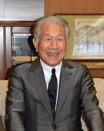 市役所でインタビューに応じる平成博愛会の武久理事長