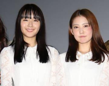ホラー映画「黒い乙女 Q」の公開記念舞台あいさつに出席した浅川梨奈さん(左)と北香那さん