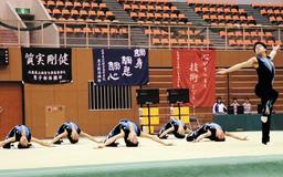 新体操会場。部旗のスローガンが選手を鼓舞する=西宮市の兵庫県立総合体育館