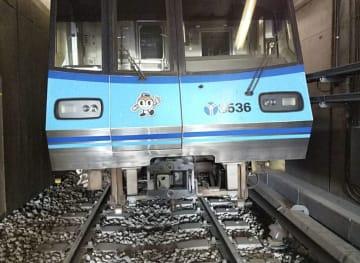 脱線した横浜市営地下鉄ブルーラインの車両=6日午前6時20分ごろ、横浜市