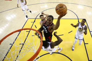 NBA決勝第3戦、シュートを決めるラプターズのレナード=5日、オークランド(ゲッティ=共同)