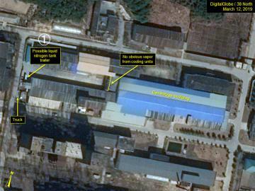 3月12日に撮影された北朝鮮・寧辺の核施設の様子。ウラン濃縮関連施設の周辺にタンクローリー((1))が写っている(MAXAR/38ノース提供・ゲッティ=共同)