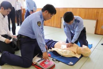 人形を使って心臓マッサージやAEDの使用の手順などを確認する署員=松浦署