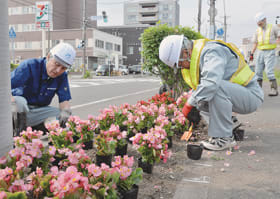 花壇整備に取り組むメイセイ・エンジニアリングの社員
