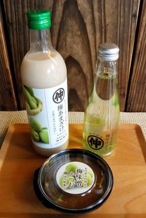 峰村商店が藤五郎梅を活用した3商品。手前から時計回りに梅味噌かつお、梅あまざけ、梅サイダー