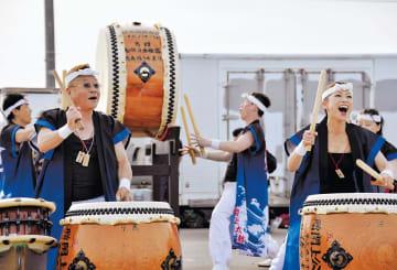 まちびらきで演奏した閖上太鼓保存会。倭と3年ぶりに共演する=5月26日、名取市の閖上漁港
