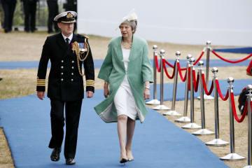 ノルマンディー上陸作戦から75年の記念式典に出席したメイ英首相(右)=5日、英南部ポーツマス(AP=共同)