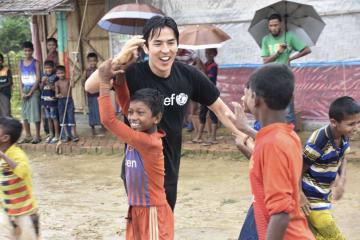 難民キャンプでサッカーを行い、得点を挙げロヒンギャの子どもたちと喜ぶ長谷部誠選手=6日、バングラデシュ南東部コックスバザール近郊(共同)