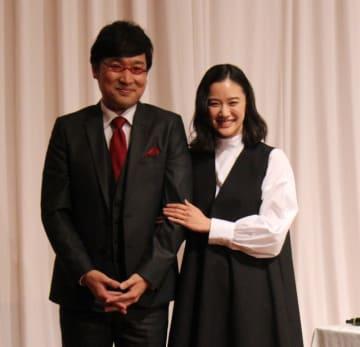 会見に出席した山里亮太さんと蒼井優さん