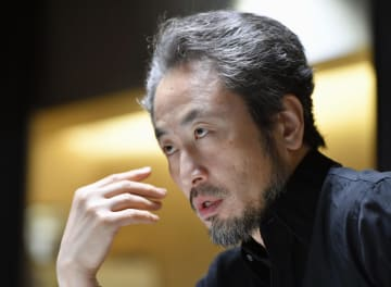 インタビューに答えるフリージャーナリストの安田純平さん