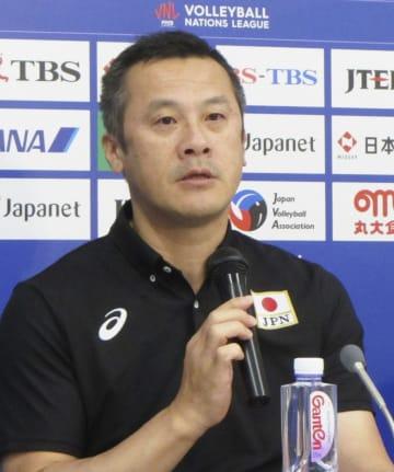 記者会見するバレーボール男子日本代表の中垣内監督=6日、武蔵野の森総合スポーツプラザ