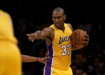 Metta World Peace leads Lakers to win vs Pelicans, fifth straight