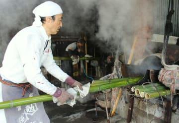 湯釜から竹を取り出す永井製竹の茶重之さん=別府市光町