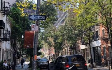 1969年の「ストーンウォールの反乱」で警察と同性愛者らが衝突した米ニューヨーク・グリニッチビレッジのクリストファー通り=2018年9月(共同)