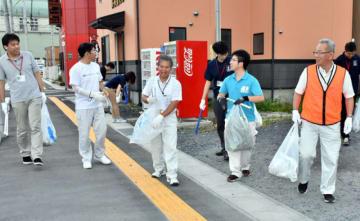 釜石市内でごみ拾いを行う市職員ら